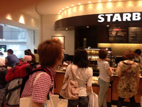 羽田組もスタバに到着した模様。「並んでる」との報告が。いけるで!松江、姫路。