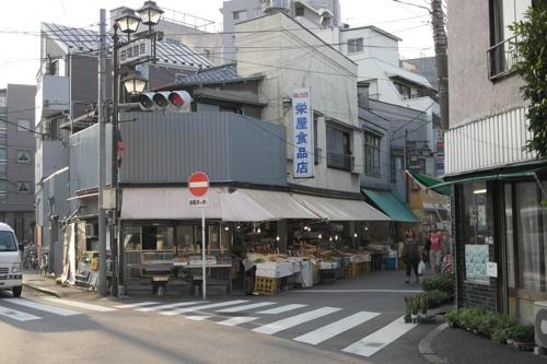 左下の道が川の跡。商店街は右上にむけて直交。