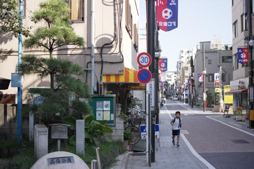 街道の名残の立派な松も立っている。