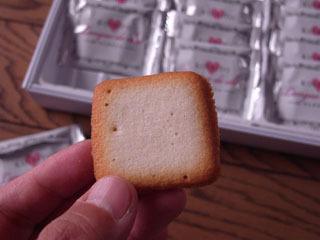 パッケージに「ホワイトラングドシャ」と書いてあった。