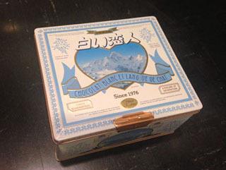 なんと会社の備品入れとして目的のパッケージが描かれた缶が使われているのを発見。ああそうだ、こういう絵だった! ちなみにちゃんとしたフランス語が書かれております!