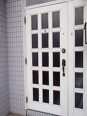 こちらの玄関を入ります。2階建ての普通の家です。