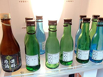 事務所部屋の冷蔵庫には蔵から提供された試飲用の日本酒多数。売り物の酒は管理場所として税務署に申請している別の部屋の冷蔵庫内で管理されています。