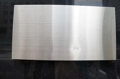 正解は赤い「100 YEN SHOP」の看板の下、このプレート