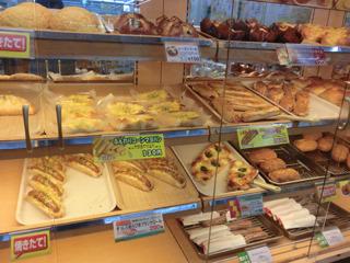 焼き立てパンが豊富な店もあった