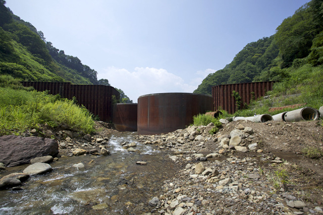 川は円柱の隙間を縫うように流れる