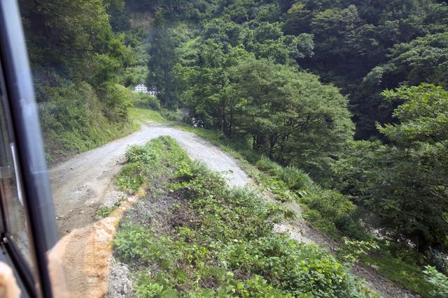 この坂、いまバックで登っている