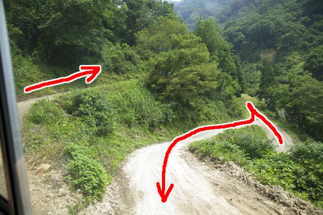 バックで上の道路に到達、ここから前進