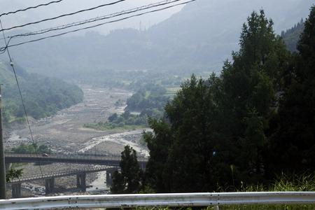 下流の光景。やや右の一段高い部分に当時は多くの家が建っていたが決壊に伴う土石流ですべて埋まった