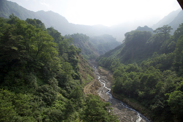 橋から見た上流方向。左奥から右に伸びる山が稗田山だけど、川の左側の小山はほとんど稗田山の崩れた土砂じゃないかと思うのだ