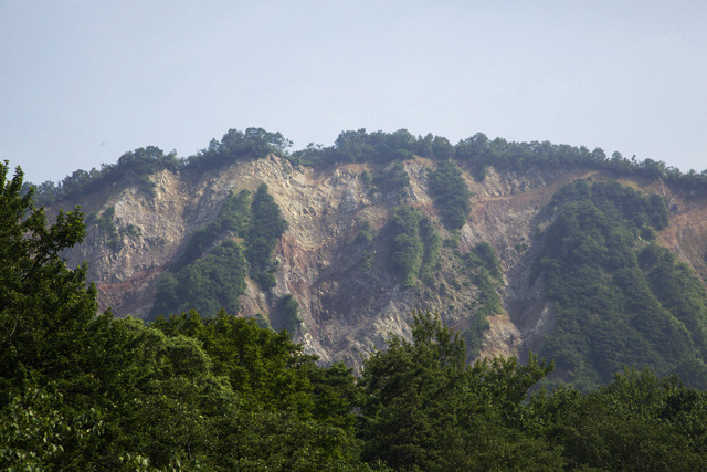 100年以上経ったいまでも稗田山は険しい断面を露にしている