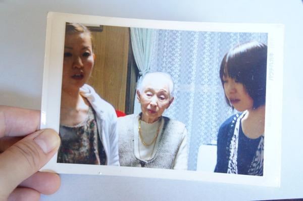 あのときパウチッ子を買ってくれた1人である祖母とぼんやりする私と妹の良い写真があったのでパウチはがきで加工した。これで祖母にお礼の言葉を送ろう