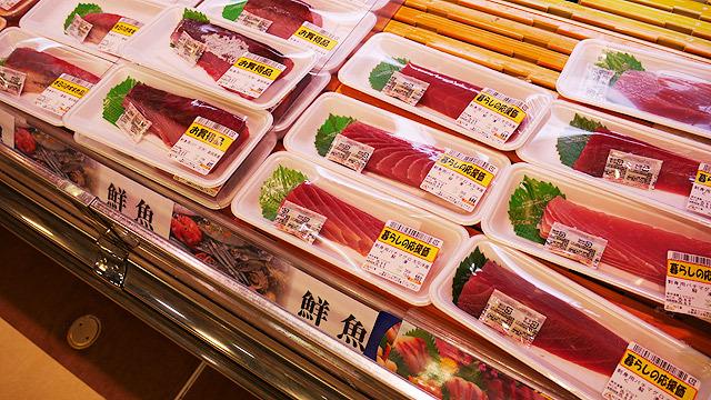 鮮魚コーナーでお刺身選び!