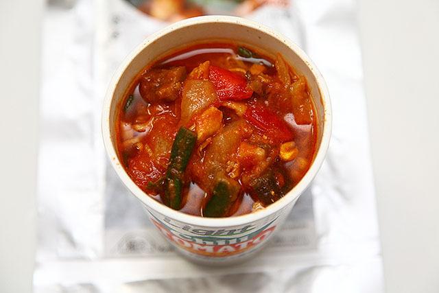 チリトマトヌードルにちょい足し。なんかすごい真っ赤なカップ麺になった。