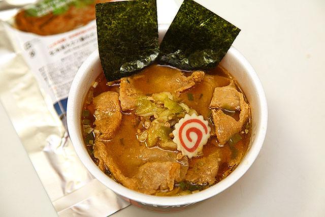 かつてこんなに豪華なカップ麺があっただろうか!この肉の量!