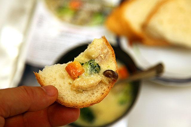 パンに合う。クリームシチュー的な味なので埼玉の人なら白飯もいけると思う。