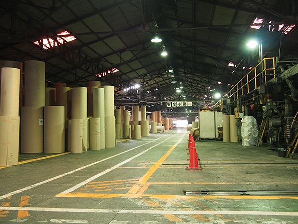 山田ダンボールさんの工場。神殿か!というぐらいの荘厳な雰囲気。
