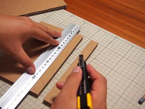 切断は、カッターで3回ぐらい切る。一度刃が入ればなんとかなる。