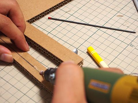 芯が入る部分の段ボールを削り中。