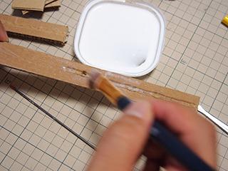 ボンドは薄く広げて、できるだけムラ無く塗る。