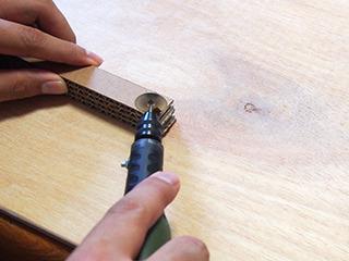 ハンドルーターに丸ノコを付けて削り出す。