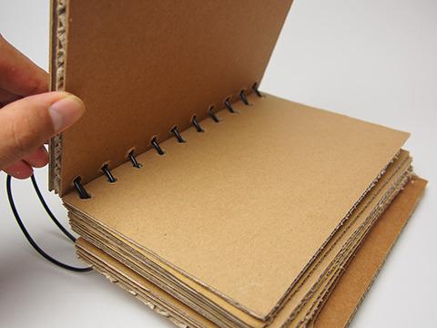 表紙を開くと、中はBフルート(3mm)厚のノート用紙が。