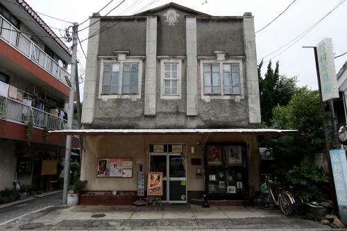 門前の通りにも古くてカッコ良い建物が多い