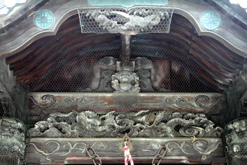 向拝(建物入口の庇)の彫刻がカッコ良いが、これは江戸時代に加えられたものだ
