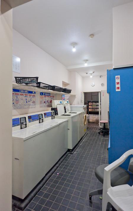 中は、ふつう。隣に並んでいるアパートの部屋の広さがうかがい知れちゃうのもおもしろいと思った。アパートの部屋に洗濯機ばかり並べたらこういう感じになる、ってことか。