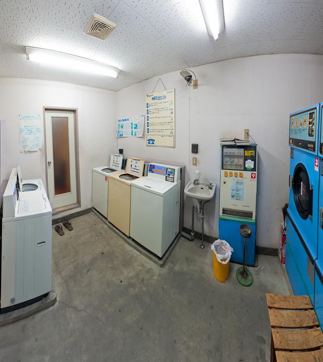 システマチックなんだけど、いざ並べたらとうていシステマチックとはほど遠い、「ひとんち感」がすばらしい。なんだろう、この独特の感じ。それにしても洗剤の自動販売機のデザインとかほんとうにすばらしい。ほしい。