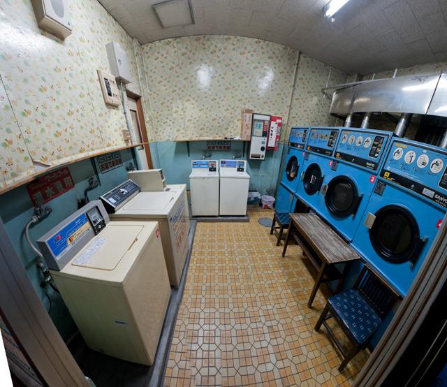 ここはかなりぐっときた!壁紙と床がキュート。天井の高さもいい(たぶん銭湯の空間スケールがそのまま延長されてる)。そば屋にあるようなイスもかわいい。