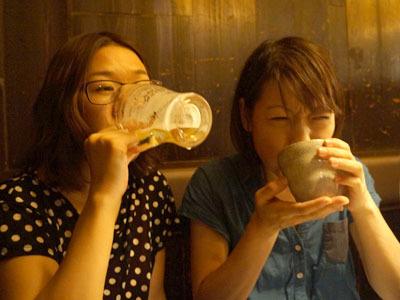 ビールのときの顔(左・宮川室員)とお湯のときの顔(私)がみごとに1枚におさまった写真