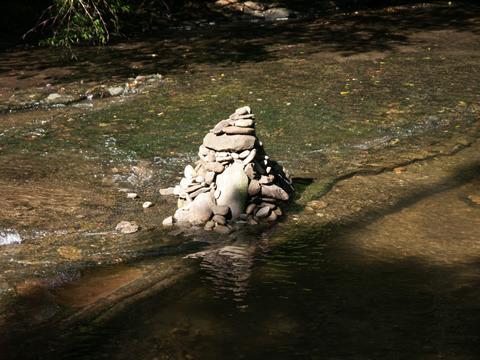 川のどまんなかに石が積まれていたのに気がついた。
