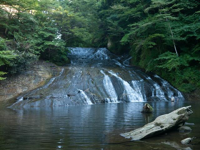 滝の流れの下にある岩がつるつるなところがいい