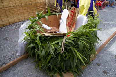 籐(とう)の葉っぱで飾られています