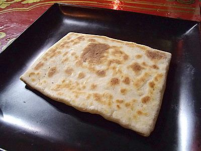 こちらは小麦の生地にチーズを挟んで薄く焼いた物。これはモンゴル料理ではなくスーホさんオリジナルとのこと。これも作り方を教わる。