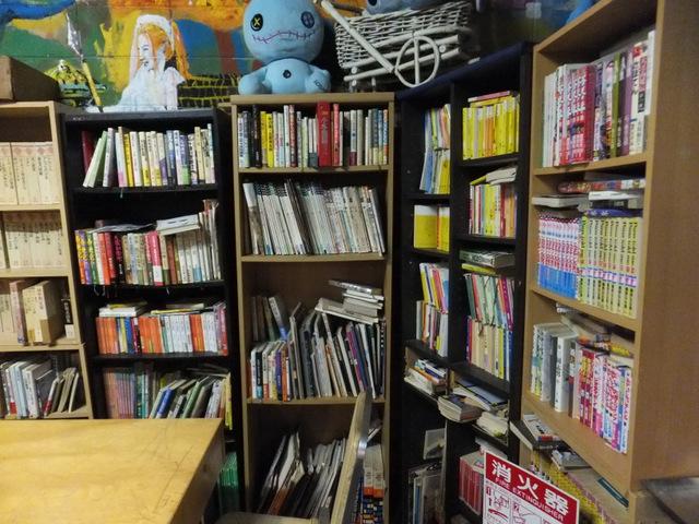 こんな「ひとんち感」のある本棚、狙ってもなかなか作れるものではない