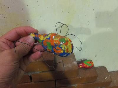 紙粘土と絵具と針金で作ったオブジェが無造作にいくつも置かれていた