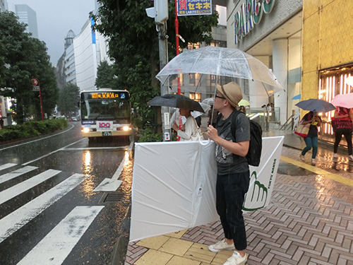 大雨の中、材料を調達