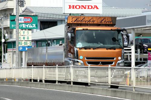 大型トラック怖い。超怖い。お願い、近寄らないで