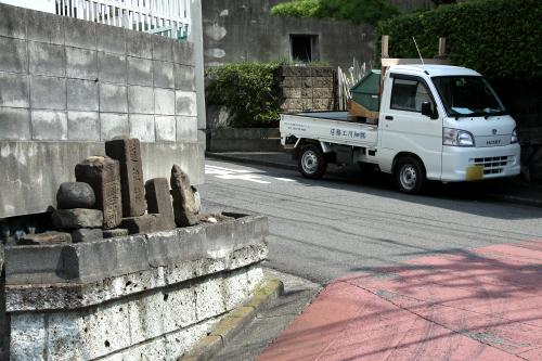 道祖神が見守る街角の軽トラ。溶け込み具合がやばい