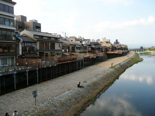 川沿いの店から川にむかって伸びているのが川床。広いベランダみたいなものだ。