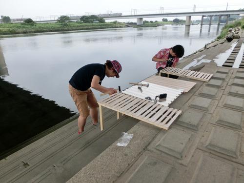 秋田書店チームも加わり、計4つの川床が完成