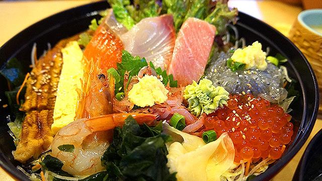 テキストばかりの地味なページですので、先に華やかな海鮮丼の写真をごらんください。