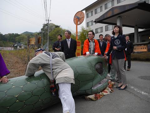 大蛇祭りでの石川さん。今見るとたしかにクリップボードのロゴが見えてる