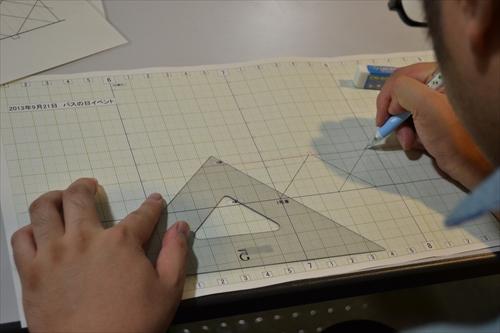 「ダイヤ引き講習会」でダイヤグラムを引く、ダイヤは今だに手書きで描くらしい