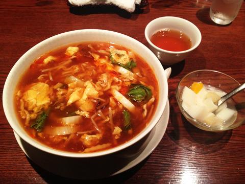 しかしここは中華屋だ。お店のおすすめサンラータンメン(950円) 辛い!週明けだけど元気出る!