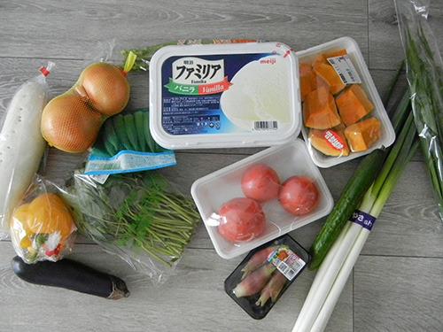 野菜とアイスをスタンバイ! (撮影後、ナスとねぎは除外した。 ネギは玉ねぎあるからいいかー、と思って。 ナスはなんとなく外した。)