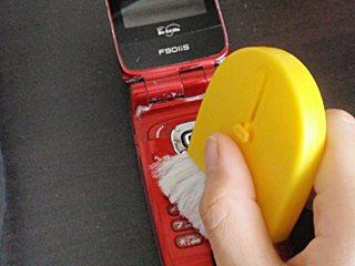 ボタンの隙間をブラシで掃除。
