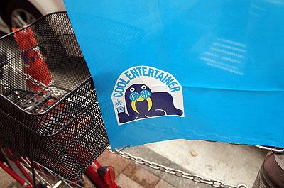 ロゴは小粋なセイウチ。これが氷屋なり製氷機メーカーのロゴなのか、はたまたとってつけたロゴ風イラストなのか、謎